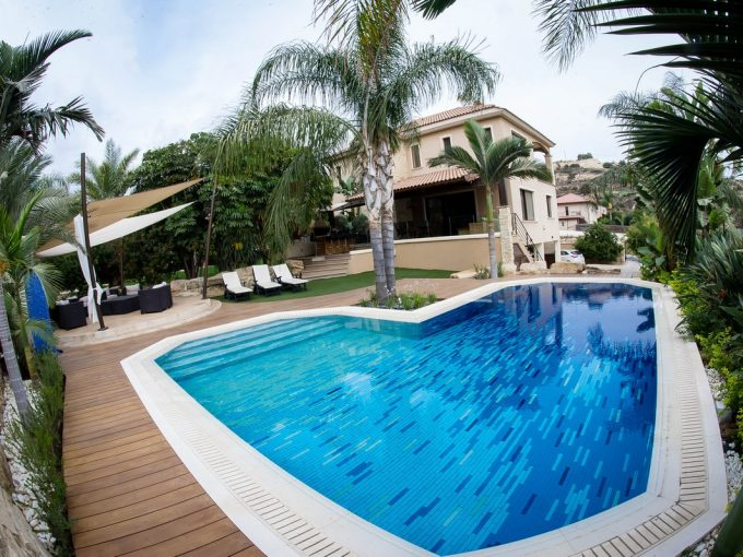 Luxury 5 Bedroom Villa on Large Plot with Overflow Pool