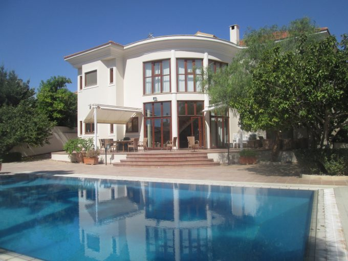 Quality and Luxurious 5 Bedroom Villa with Pool and Gardens with separate maids room