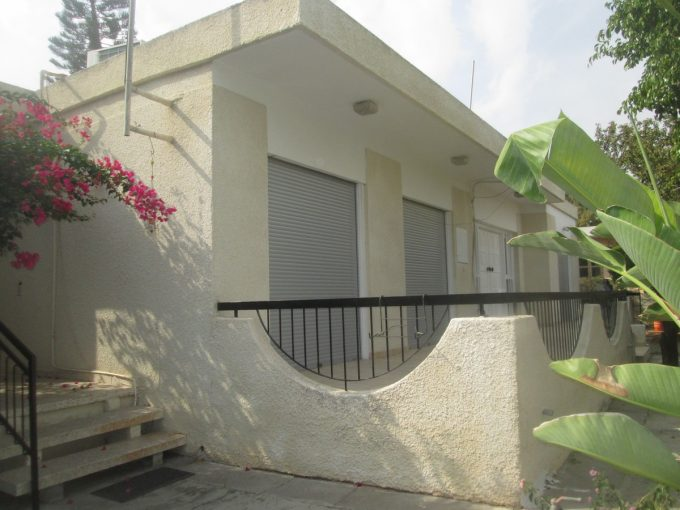 3 Bedroom Bungalow in Polemidia with large mature Gardens