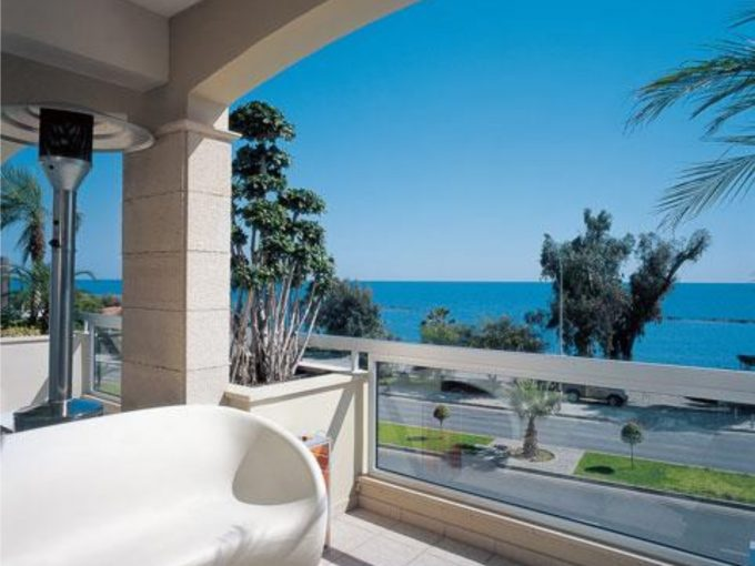 Luxury Apartment in Gated Complex Opposite the Sea