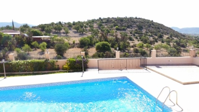 Beautiful 3 Bedroom Bungalow with Pool in Apesia